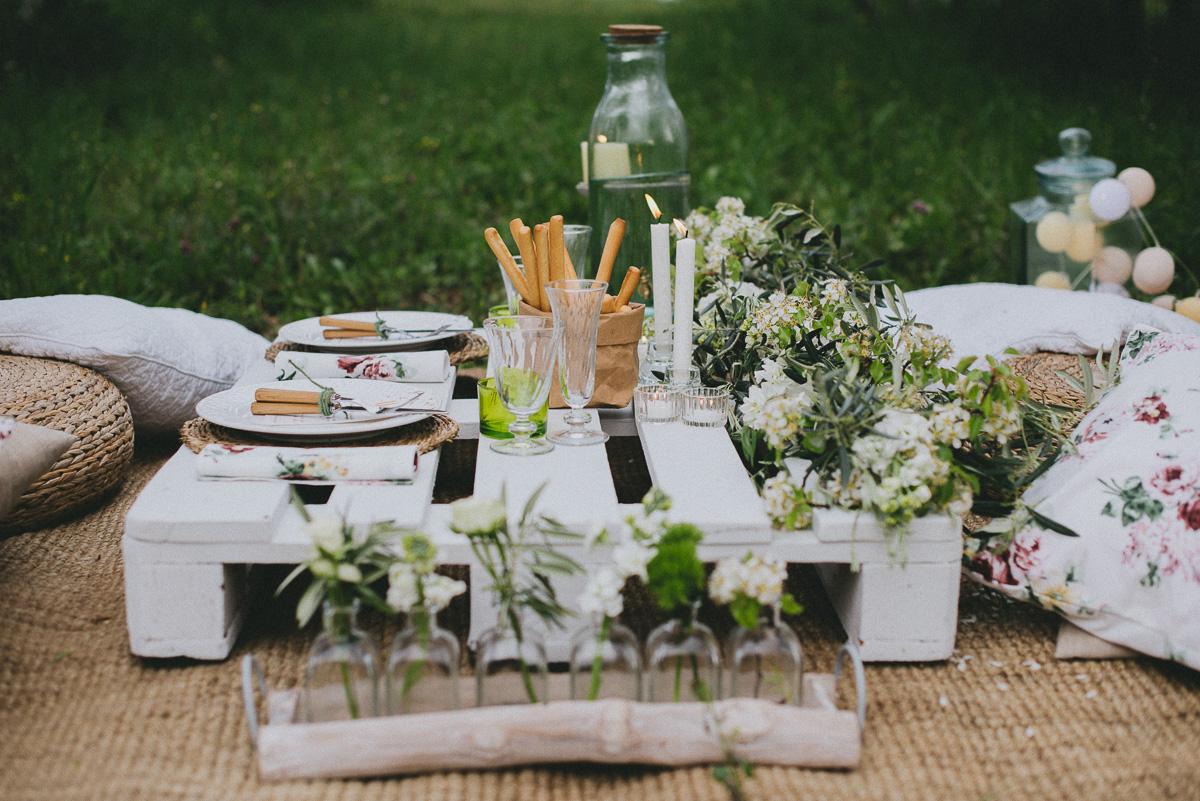 Mesa boda picnic entre olivos